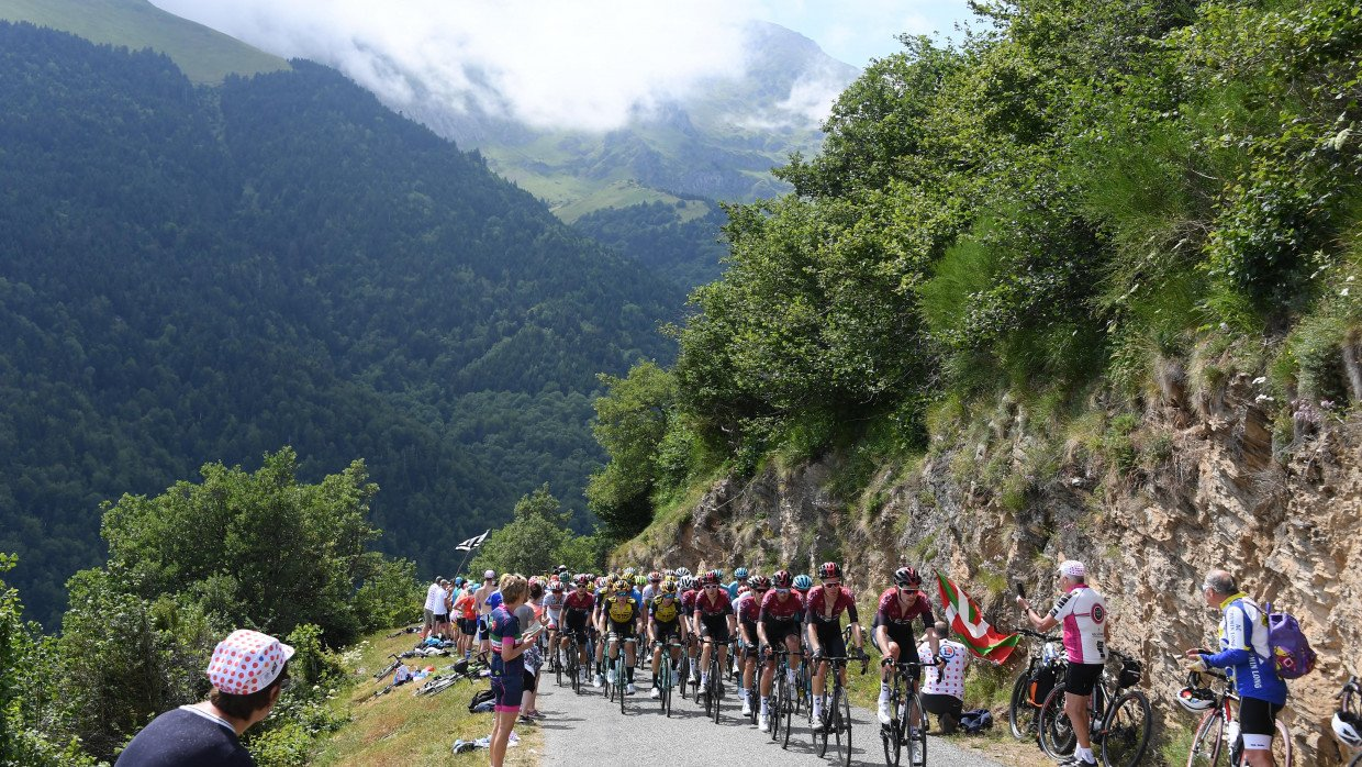 tony martin and luke rowe expelled from tour de france