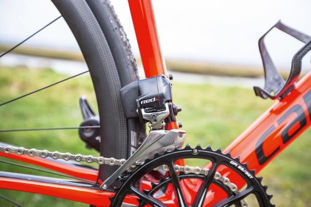 3a6b64e3462 The wireless SRAM Red eTap groupset means no gear cables and Cannondale's  gone as far as making a bespoke frame that will only work with the new Red  eTap ...